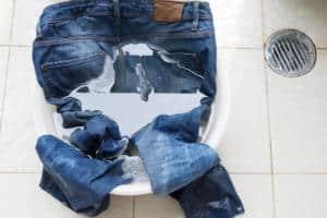 Jeans aufhellen - die besten Hausmittel
