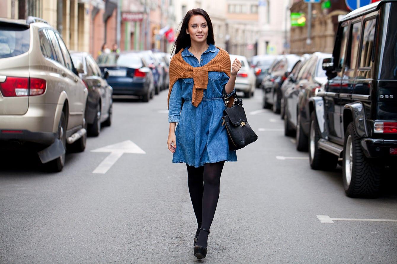 So lässt sich ein Jeanskleid richtig kombinieren